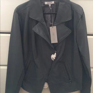 Jennifer López faux leather jacket